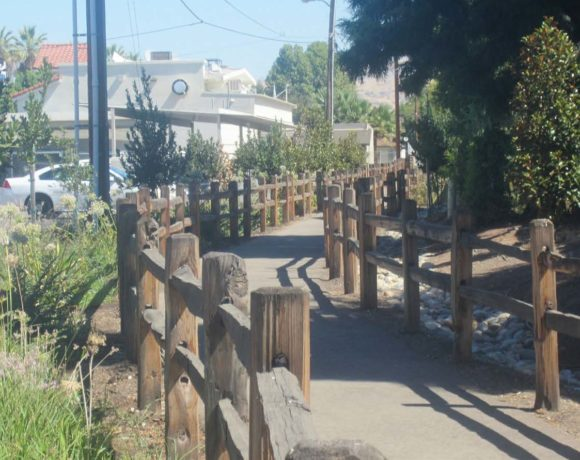 The walkway behind the Woodlake City Hall. Julia Jimenez/Valley Voice